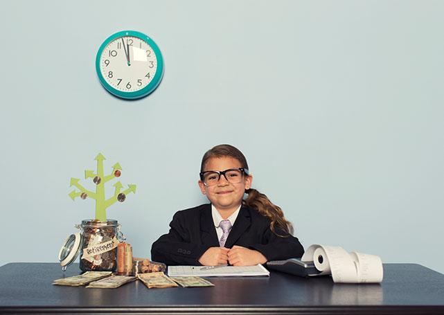 Dziewczynka wmarynarce przy biurku